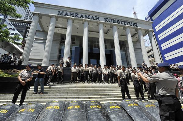 Sejumlah anggota kepolisian berjaga di Gedung Mahkamah Konstitusi (MK), Jakarta, Selasa (19/11) saat jalannya sidang perselisihan hasil Pemilihan Umum Kepala Daerah Dan Wakil Kepala Daerah Kota Tangerang Tahun 2013 dengan agenda pengucapan putusan.